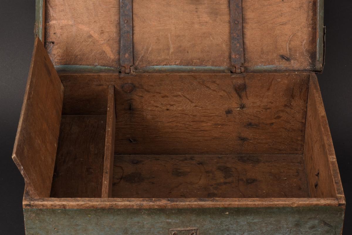 Rektangulärt skrin av ek med lock. Målning i blågrönt, på locket i rött initialerna CPD samt årtalet 1794 inom en blomsterkrans i rött, vitt och svart. Beslagen på locket är bestrukna med mönja. Inrett med en låda, läddika, med lock. Beslag av järn.  Nyckel fattas.