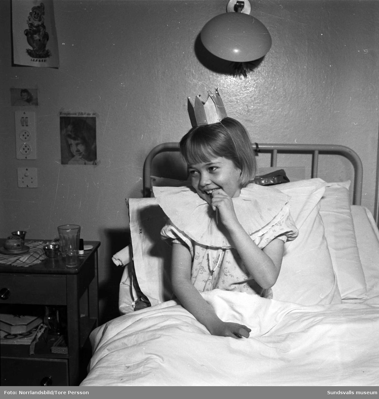 """Astmaavdelningen på sjukhuset i Åre gjorde underverk för astmasjuka barn 1952. Stor bildserie för reportage i Expressen. På bilderna finns bland andra: Doktor Victor Hedström, """"Syster Barbro"""", Lennart Ullström (vid matbordet), Lars Göran Andersson och Jan-Erik Bergkvist (tvättar fötterna), Lillemor Nilsson (med prinsesskrona), Britt Palmerth (med målarpensel)."""
