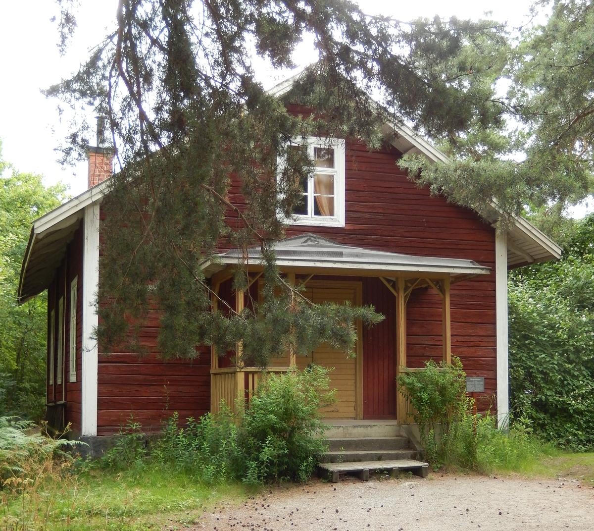 Missionshuset på Skansen är en timrad byggnad i en våning med sadeltak, klätt med spån. Fasaden är målad med röd slamfärg, snickerierna med vit linoljefärg. Ingången är placerad på gaveln och försedd med en veranda målad med gul linoljefärg.  Missionshuset uppfördes 1898 i en skogsglänta mellan gårdarna Svenshult och Rättvisan, Godegårds socken i Östergötland. Byggnaden återuppfördes på Skansen 1978.