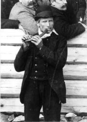 Nils Dybedokk  (1842-1926) Spiller på bukkehorn, Rukkedalen, 1892. (Foto/Photo)