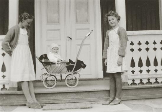 Åse Moe Holt og Liv Ragnhild Frogner Knutsen på Ullinshof skole 1930 (Foto/Photo)