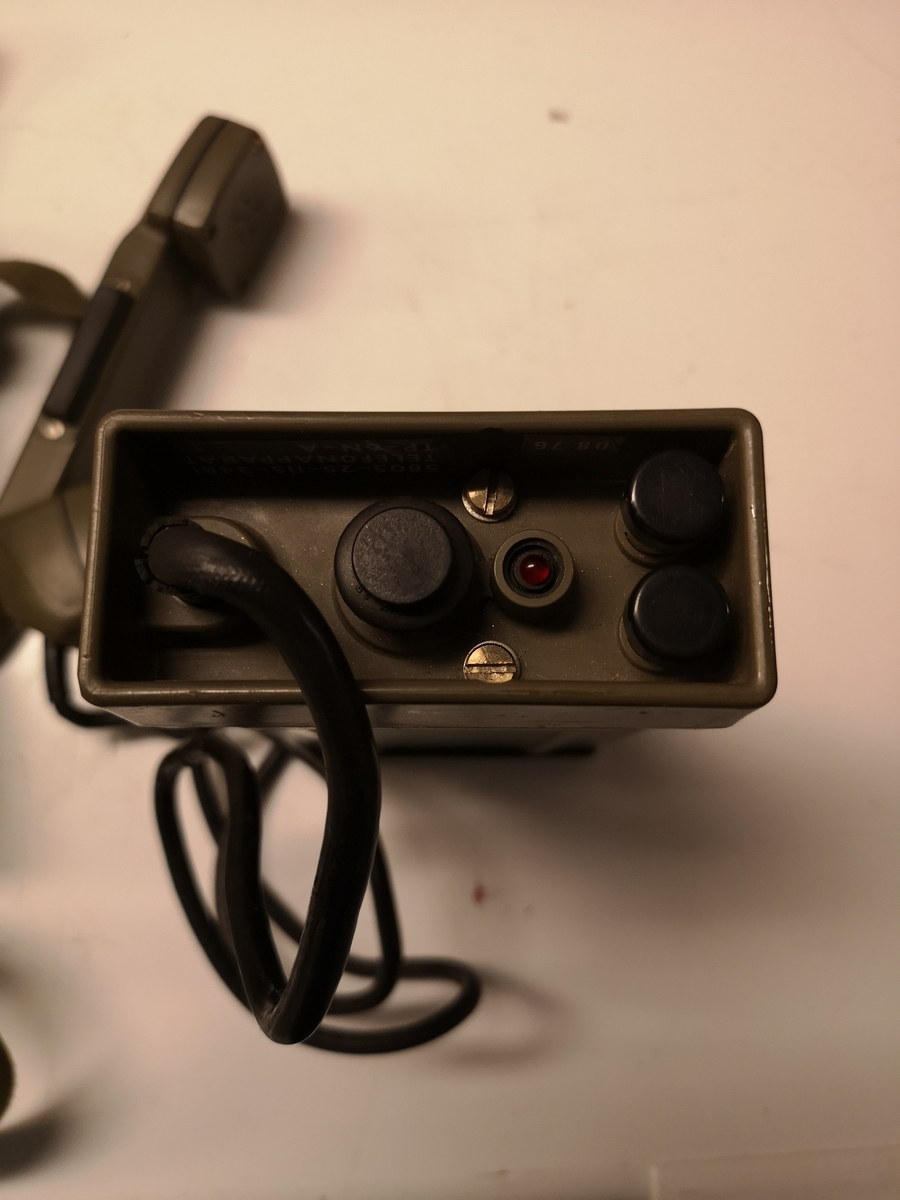 Felttelefon i veske, kabeltrommel med 1000 meter telefonkabel.