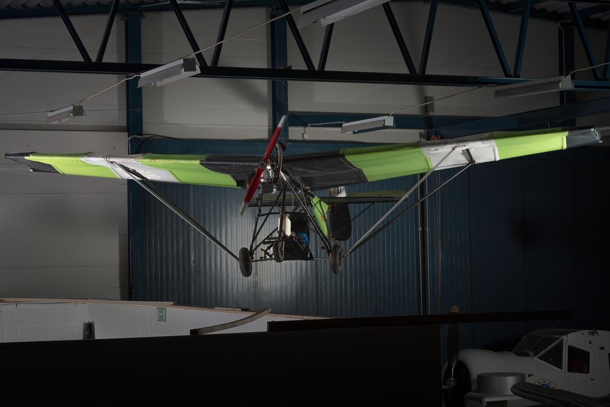 Ultralätt flygplan, så kallad Weedhopper. Ensitsigt propellerflygplan med fast landställ. Flygplanet är uppbyggt av stålrör och har tygklädda vingar.