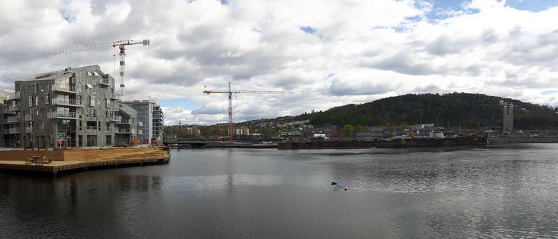 Bispekilen blir i framtiden et åpent vannspeil som strekker seg inn under broen midt i bildet. Her vil det være mulig å komme inn med mindre båter. Til høyre for Bispekilen ligger tomten B8a, som ble gravd ut i 2019 av NIKU og NMM. Bildet er tatt fra den nye bryggen ved Munchmuseet.