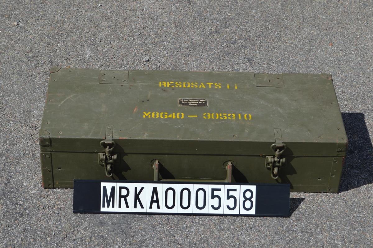 Reservdelslåda nr 11 slangar, består av en trälåda med två lager reservdelar. Lådans utsida är grönmålad, medan insidan är träfärgad. Slangarna ligger i särskilda fack för respektive reservdel. Lådan är märkt med benämning och modellnummer.