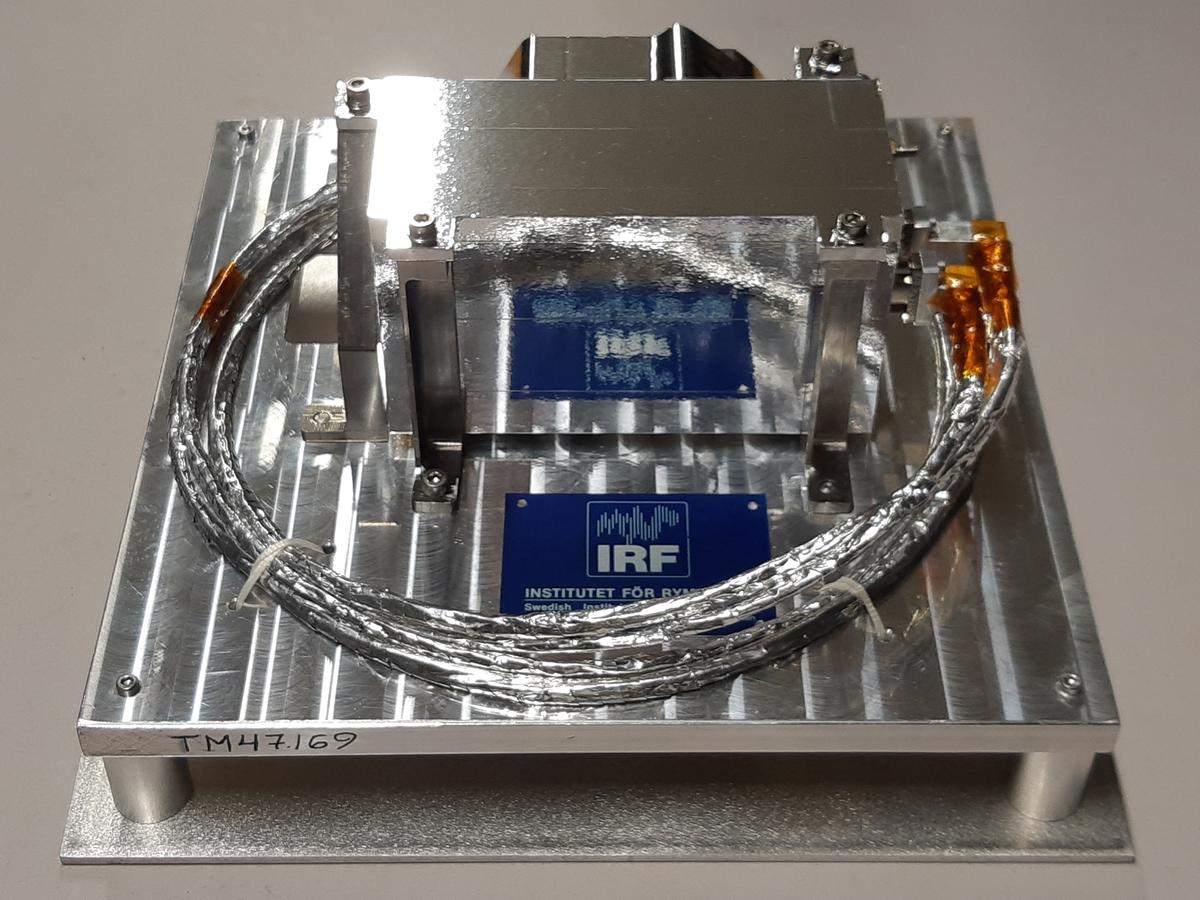 """Instrument för mätning av hur strömmen av laddade partiklar från solen växelverkar med månytan, kallat """"Asan"""" (Advanced Small Analyzer for Neutrals). Instrumentet märkt: """" ASAM EM S/N 001 IRF SWEDEN 2016 """"."""