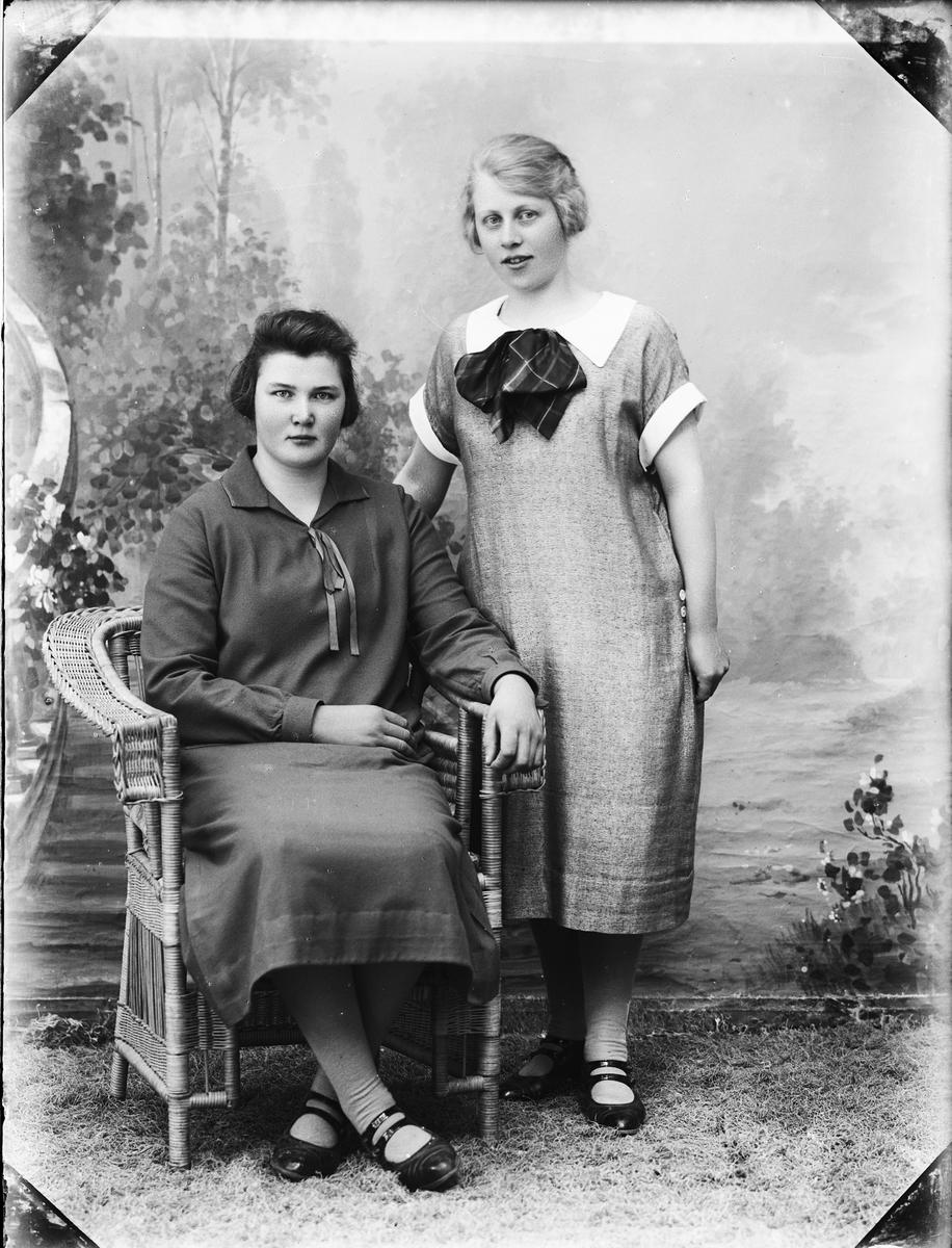 Ateljéporträtt - kvinna och Hulda Karlsson från Harg socken, Uppland 1926