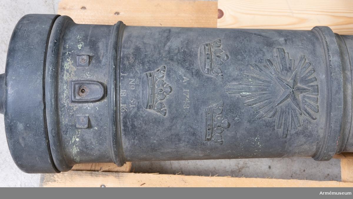 Grupp F I. 3-pundigt eldrör gjutet 1748, som suttit i en lavett m/1832. No 51, 1748, 1.18.16. Av brons och prytt med nordstjärna och tre kronor.