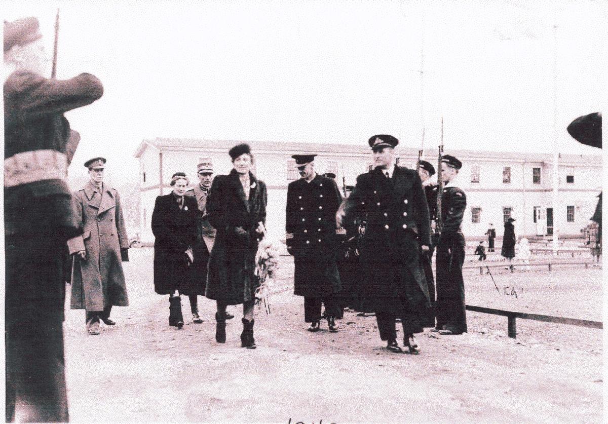 """"""" Camp Norway"""", Lunneburg, Nova Scotia, februar 1942.  Kronprins Olav og Kronprinsesse Martha kommer på besøk og får honnør av marinegaster."""
