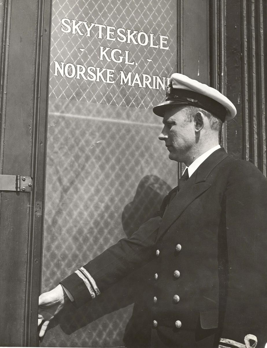 """"""" Camp Norway"""", Lunneburg, Nova Scotia, """" utskrevet løytnant ved inngangsdøren til skolen"""
