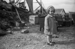 En pike i en av Bodøs utbombede gater like etter krigen.