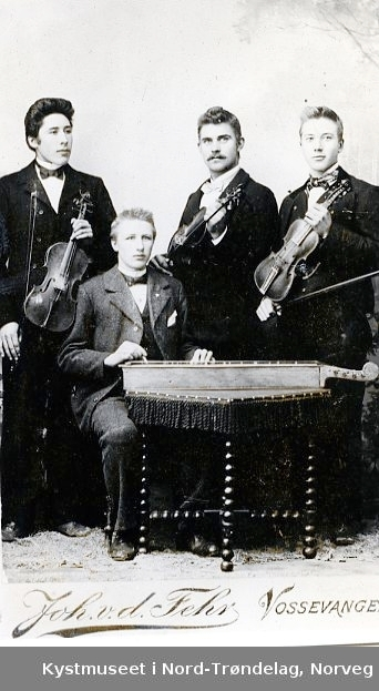 I midten står Lorents H. Lyngsnes, ellers ukjente karer