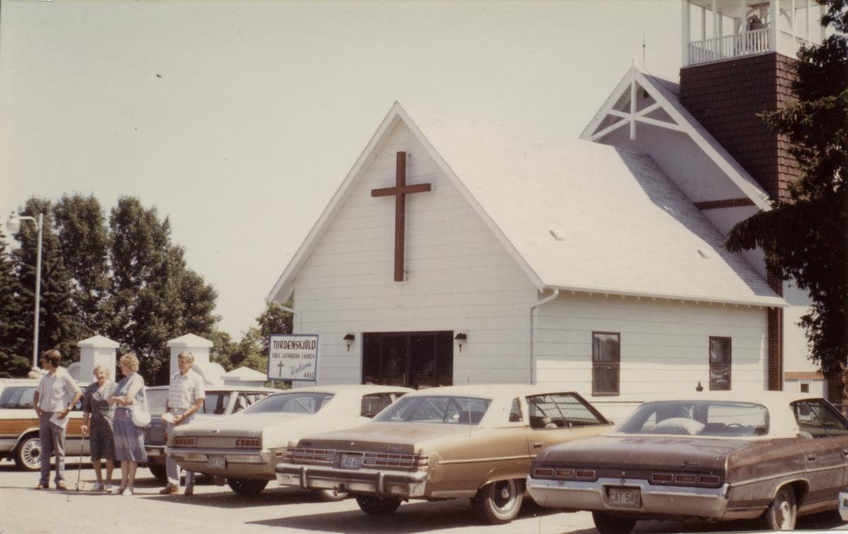 Nordmenn på besøk i USA. Utenfor Torddenskjold Free Lutheran Church i Dalton, Minnesota