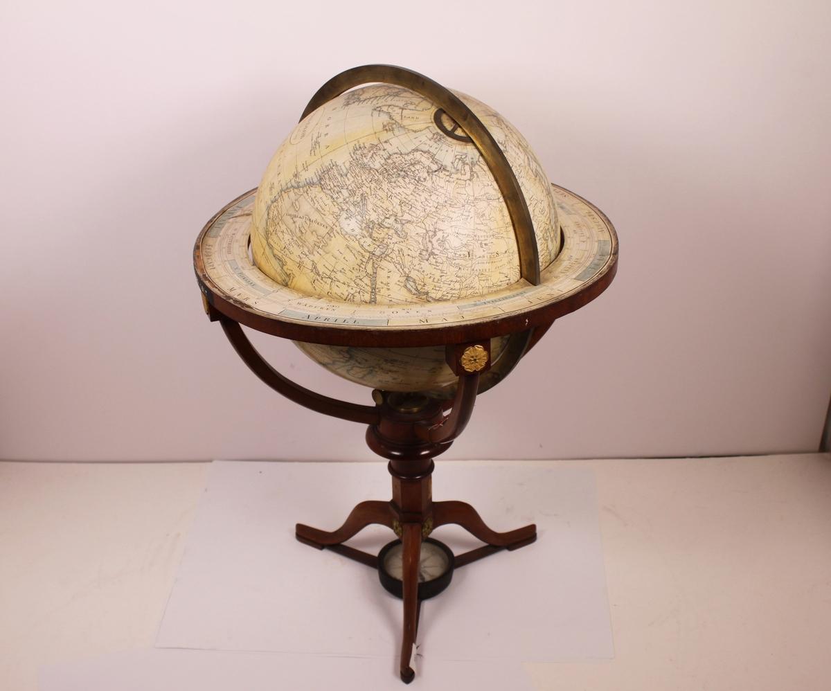 Gjenstanden er i hovedsakelig lik MMH 656. Globusens farger er lysegult og lyseblått.