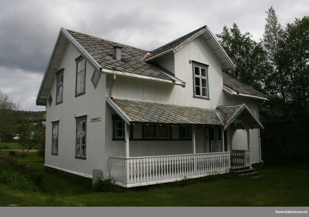 Huset bygd i laftet tømmer. Bordkledt med perlestaffpanel. Skifertak. Står på grunnmur.