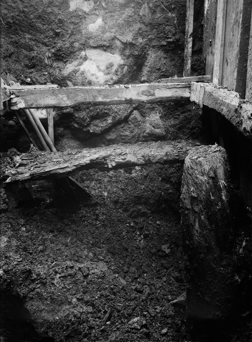 Utgrävning av Helgeandshuset, byggnadsdelar uppförda i tegelmur på stensyll, Uppsala 1925