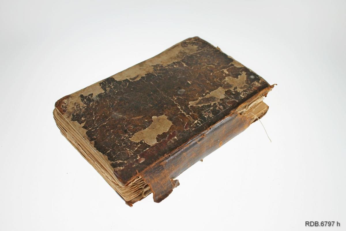 """Gammelt leksikon/fremmedordbok utgitt i København på Fred. Høst's Forlag og """"trykt med hurtigpresse hos Carl C. Werner & Reller"""" i 1837. Boka er trykt imed gotiske bokstaver. Boka har 444 sider. Boka er slitt med mange løse sider."""