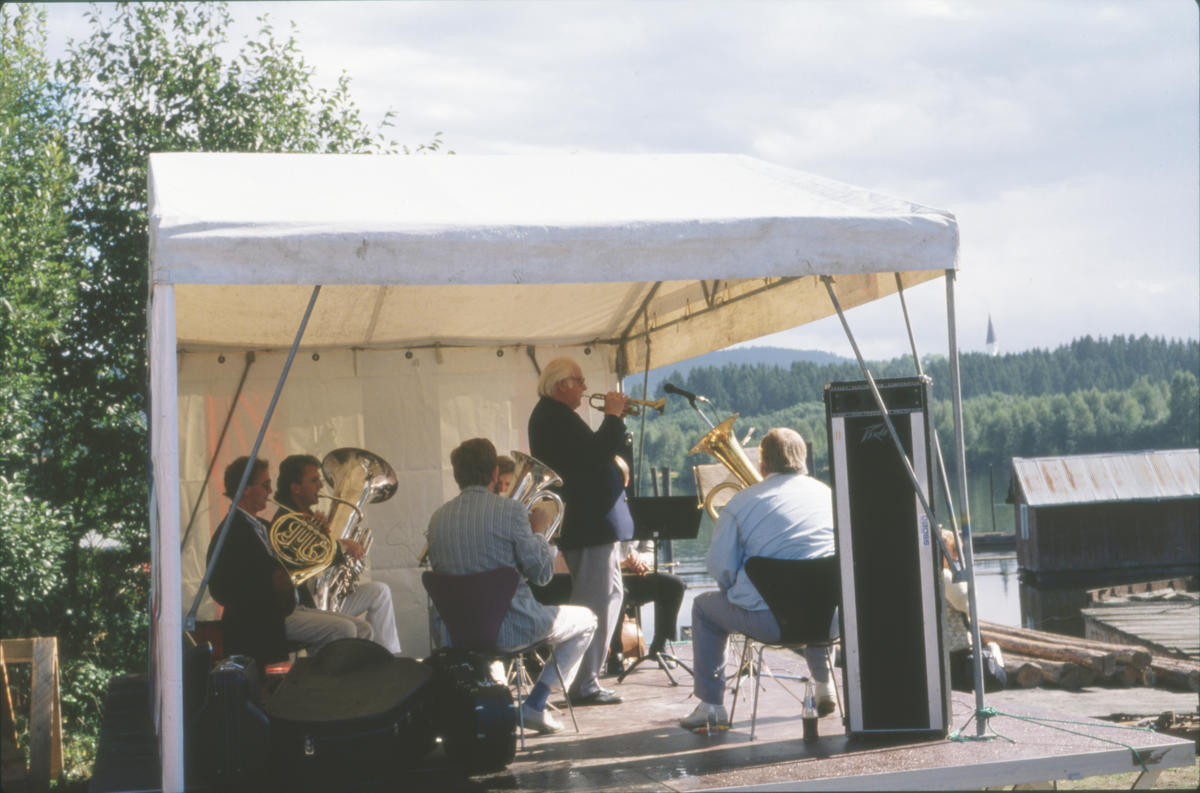Harry Kvebæk spiller opp sammen med Lensesekstetten. Foto: Per Emil Berg