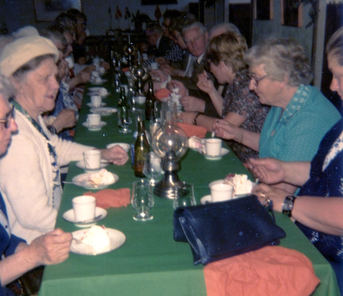 """Hobbylokalens pensionärer är på utflykt till Rösans gård i Onsala, 1979-06-13. Andra person från vänster: Larsson (kvinna i vit hatt). Träffpunkten för pensionärerna på Vommedalsvägen kallades av pensionärerna för """"Hobbyn"""" (därav Hobbylokalens pensionärer). Varje vår och höst gjorde pensionärerna en resa. Denna gång blev det till Rösans gård."""