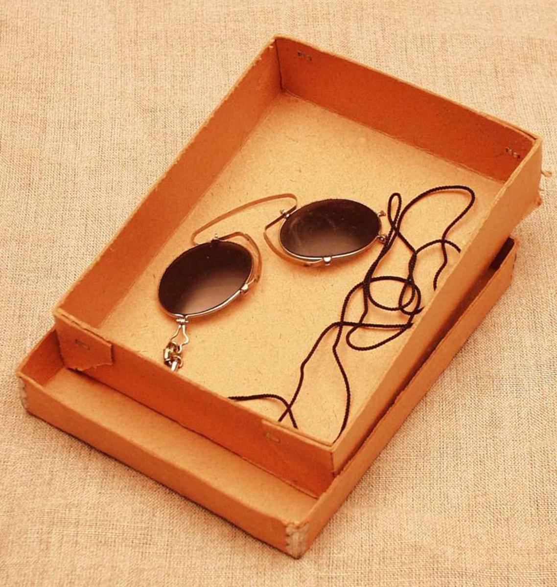 Pappeske med et par lorgnett-solbriller.