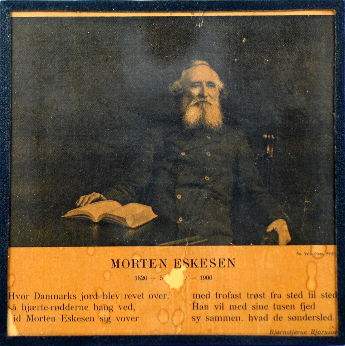 Eldre mann sittende med oppslått bok.