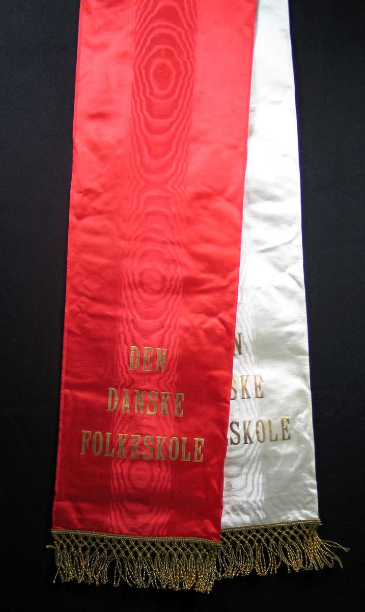 Silkesløyfe i rødt og hvitt med gullfrynser.