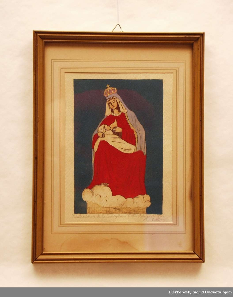 En kronet madonna som ammer sitt barn. Hun er iført rød kappe og har et blått hodeplagg med en krone over.