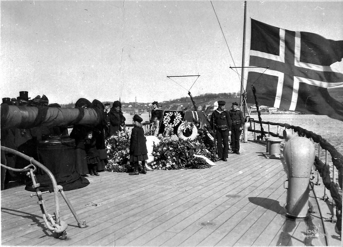 Panserskip, Norge, flagg, blomster, folk