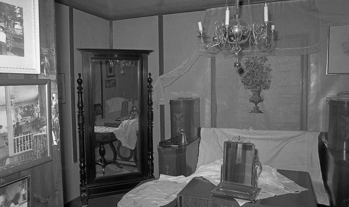 DOK:1971,soveværelse, speil, bord,