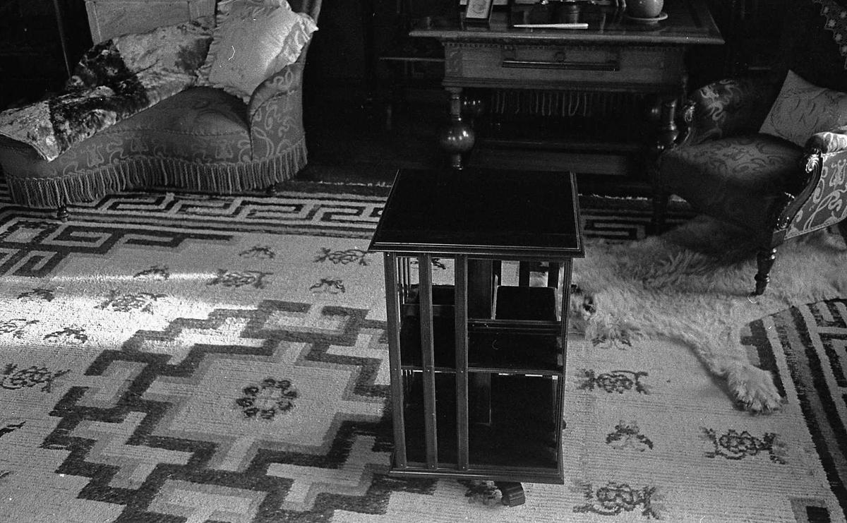 DOK:1975,Aulestad, interiør, bokhylle, stol, teppe,