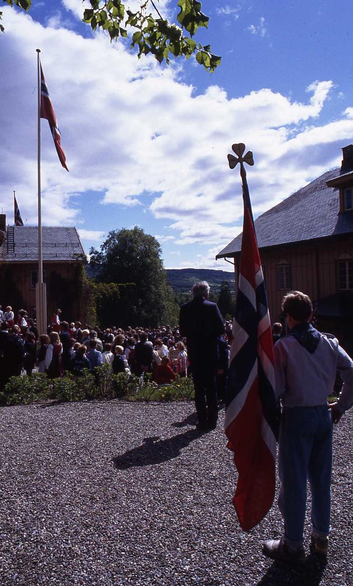 DOK:1990, 17. mai, speider, flagg, æresvakt, bauta,