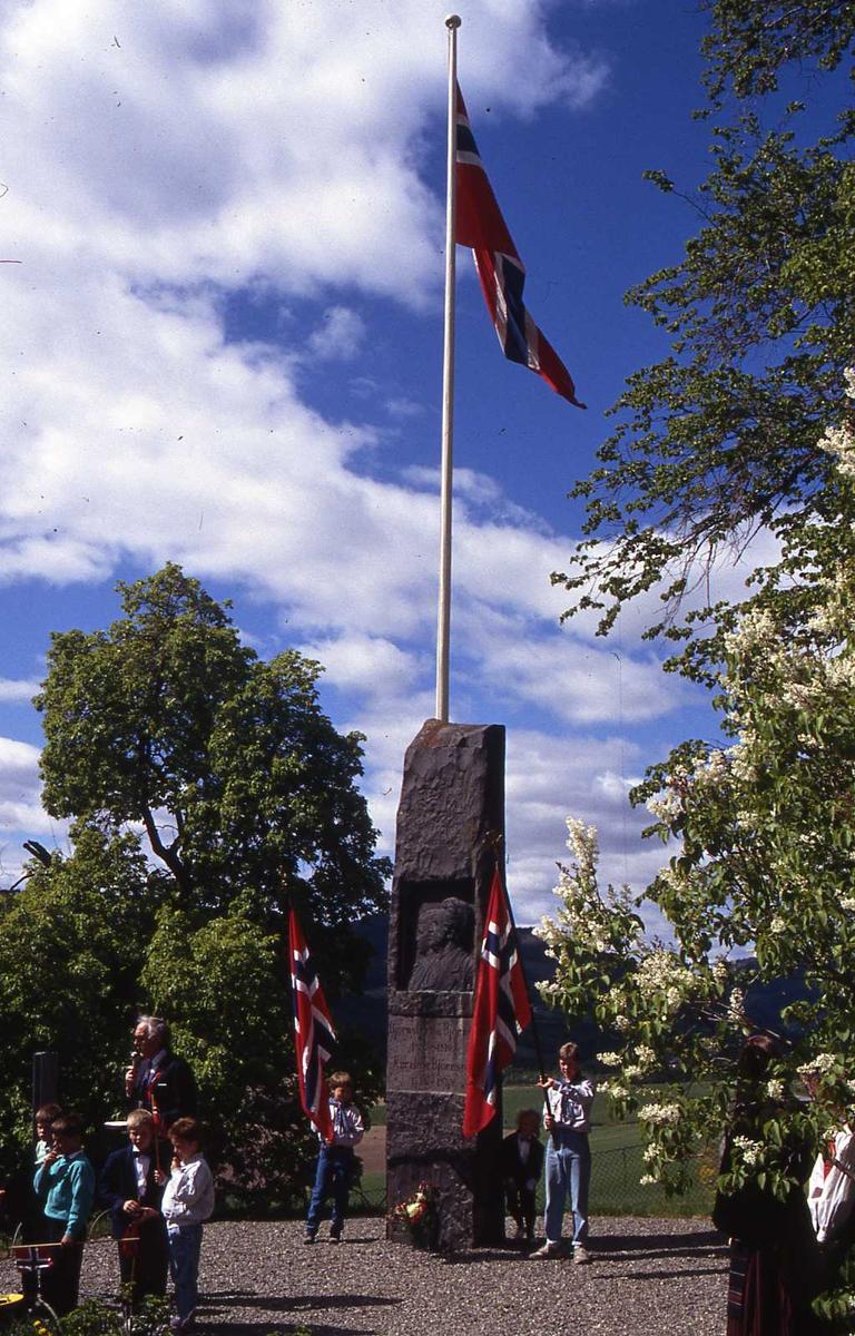 DOK:1990, 17. mai, bauta, flagg, speider,