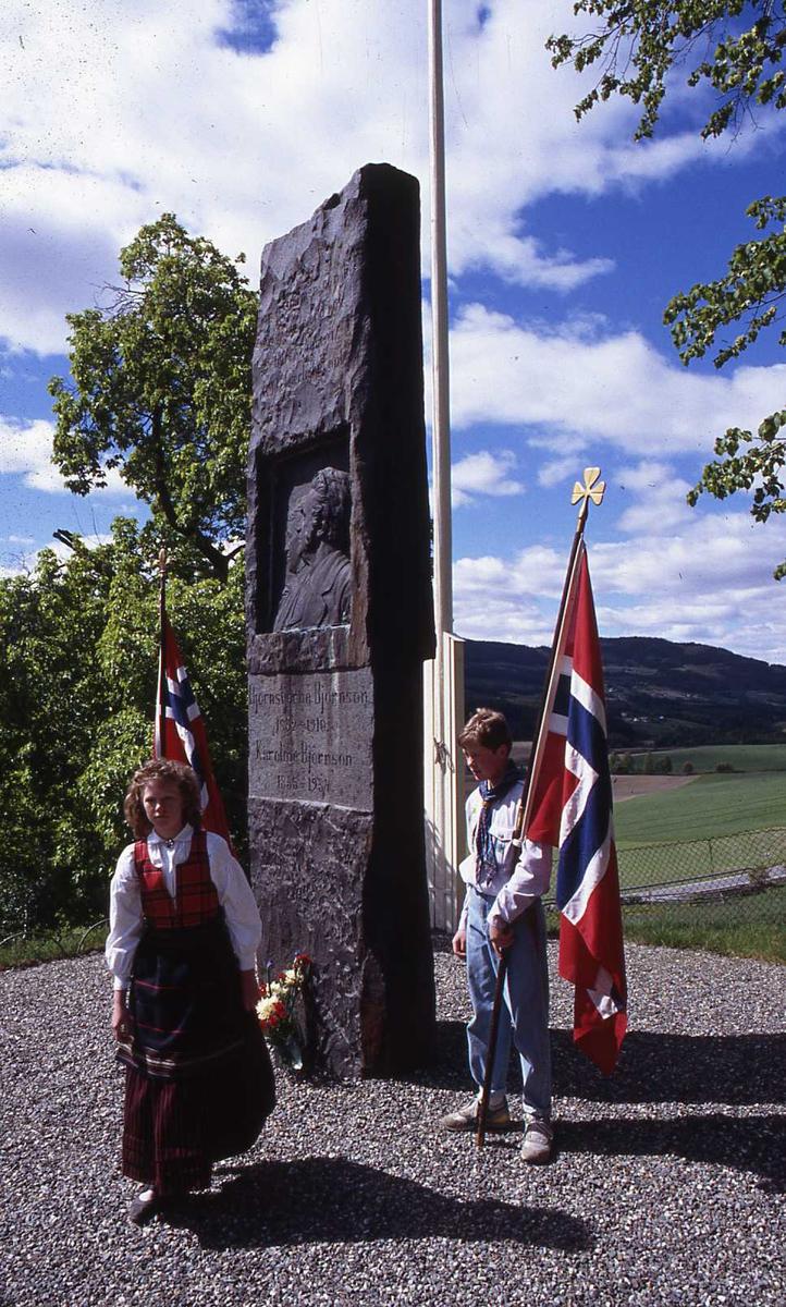 DOK:1990, 17. mai, speider, blomster, flagg,