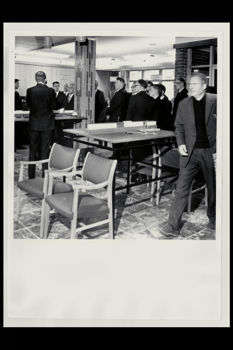 interiør, postkontor, 9400 Harstad, gruppe menn