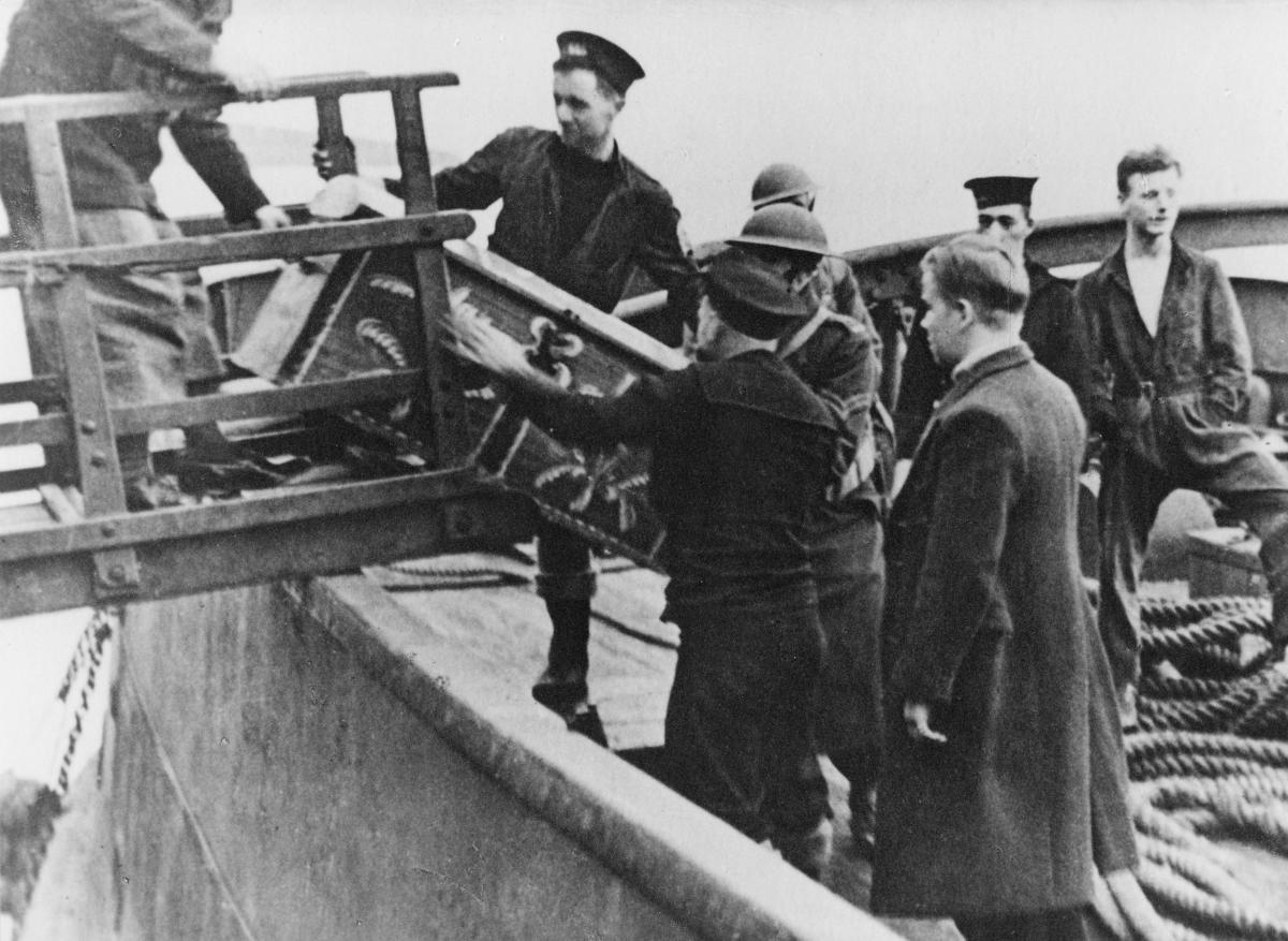 krigen, 2. verdenskrig, Måløyraidet 27. desember 1941, personer, landgang, soldater tar imot en kiste