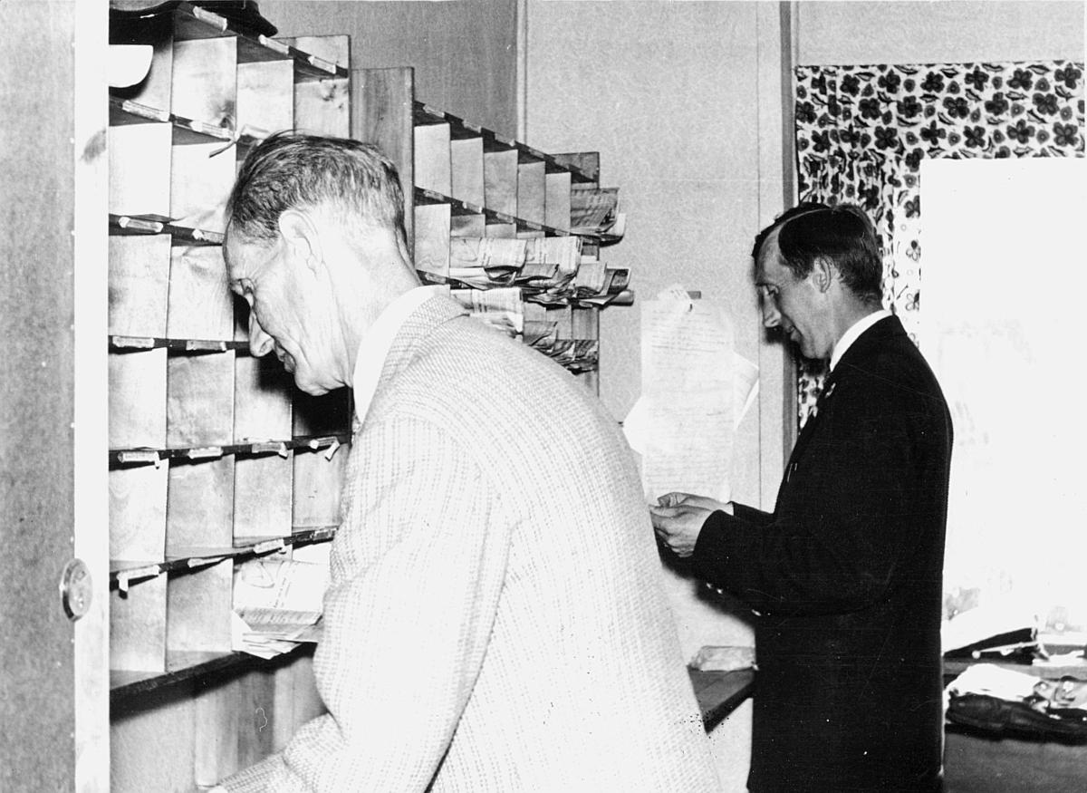 postbehandling, sortering, pakking, landpostbud Karl Johannessen, landpostbud Finn Johannesen