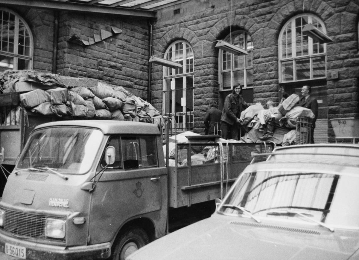 transport, bil, Uten for Posthuset i Trondheim. lastebil, lasting, postsekker, to menn. Hanomag Henschel.