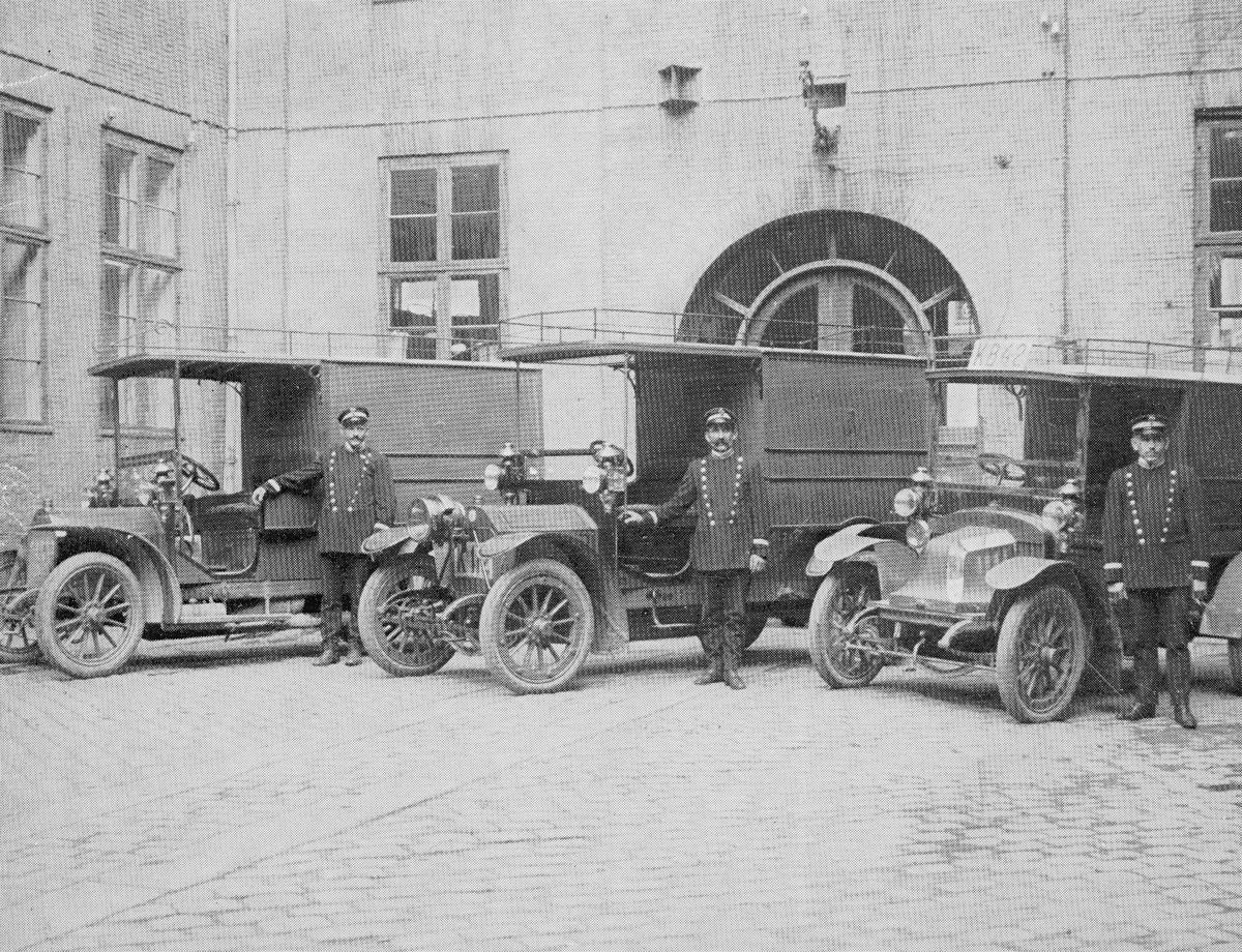 transport, bil, Oslo postgård, tre biler, tre menn, uniform