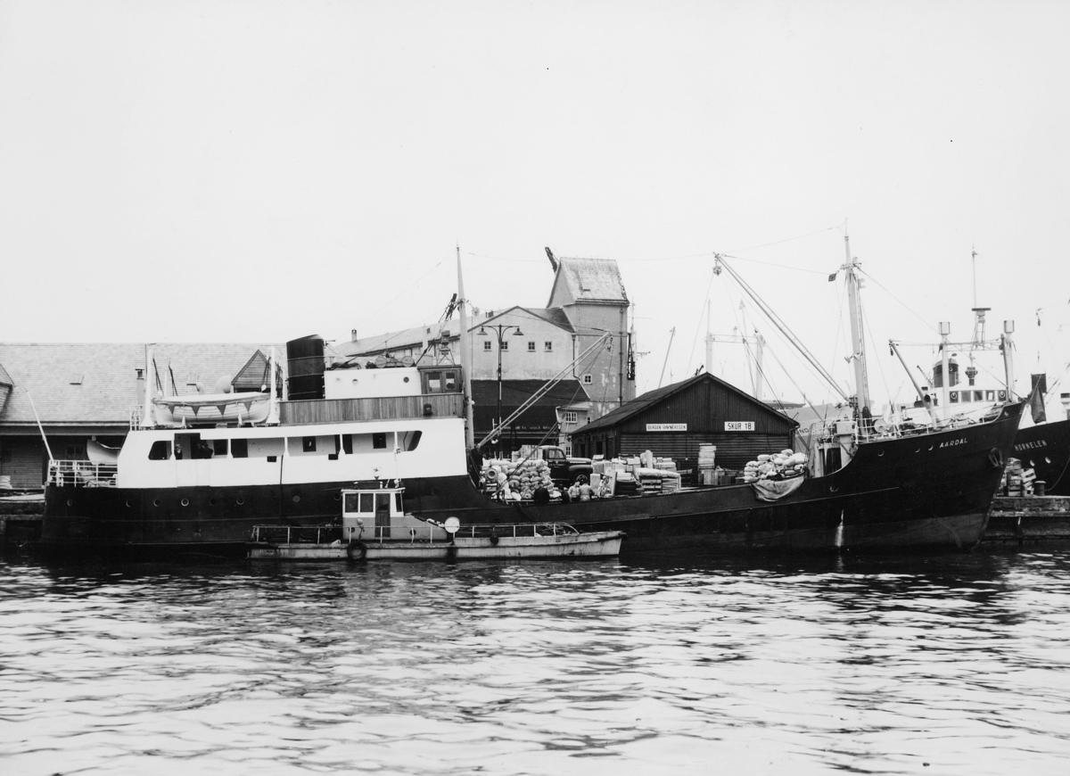 Laste- og passasjerskip, eksteriør, ved kai, M/S Aardal