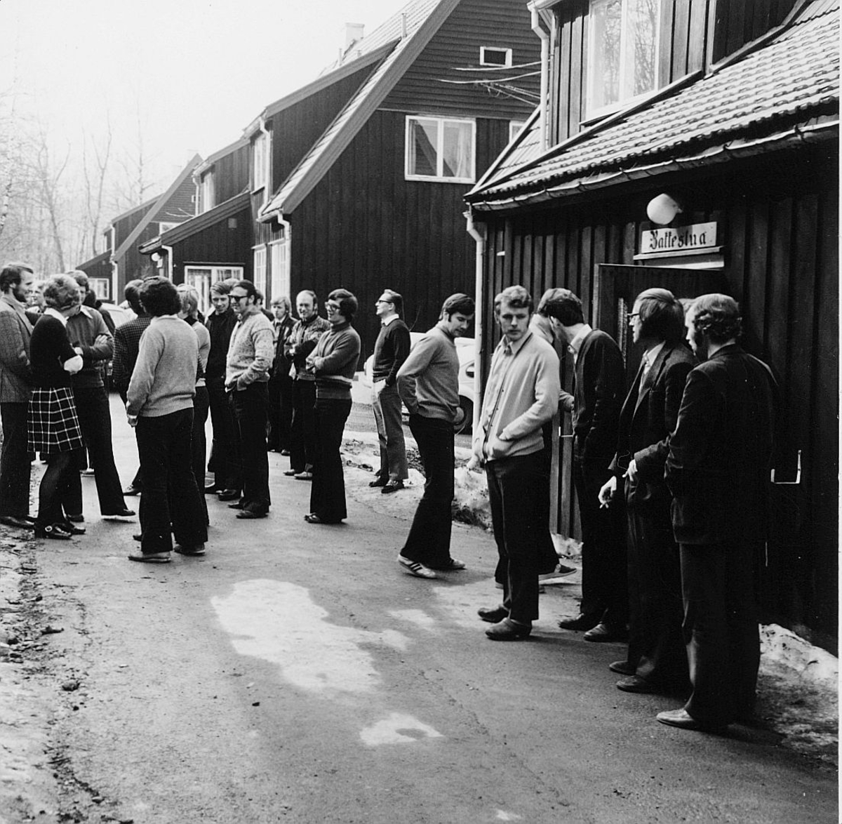 postskolen, Sjøstrand bad, april 1974, eksteriør, kaffestua, menn, damer