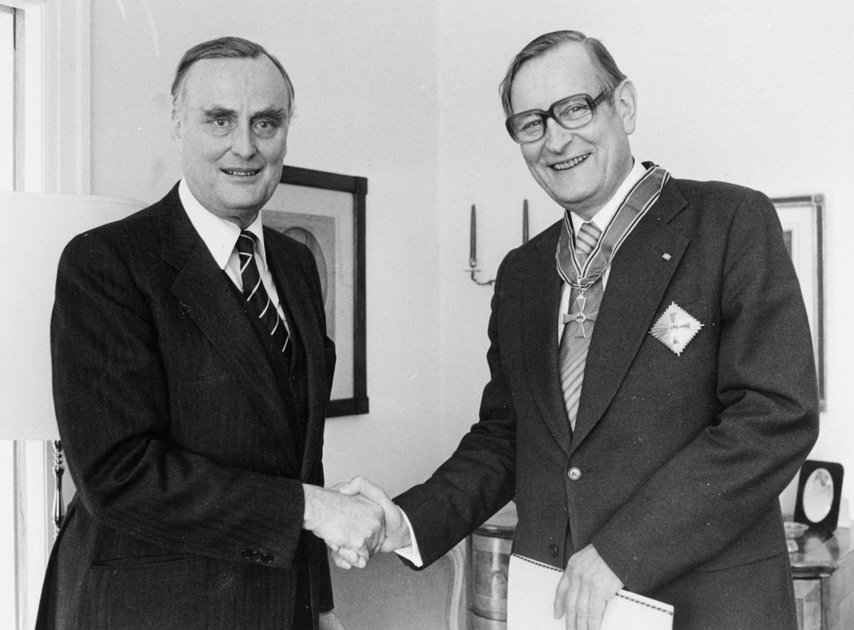 person, to menn, overrekkelse, Rustung Bru, vest-tyske ambassadør