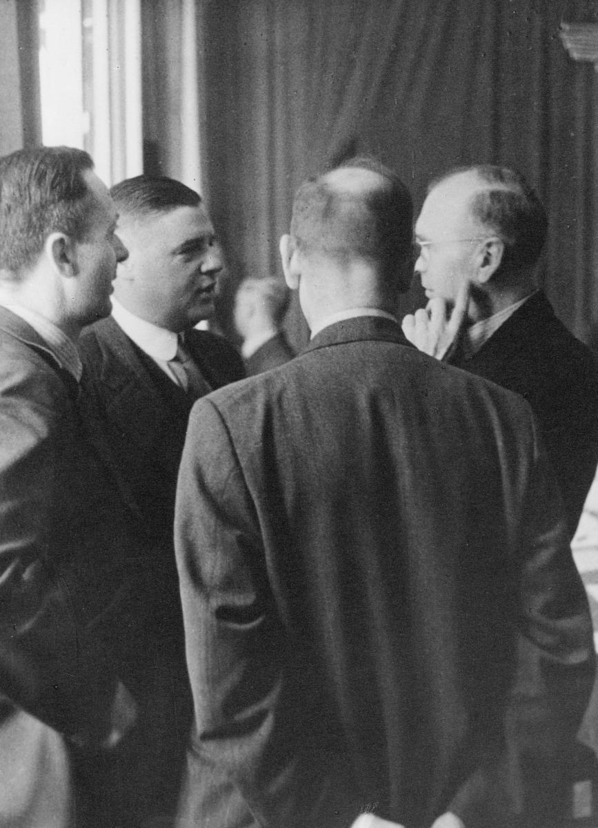 gruppebilde, møte, Wien, Europeisk Postforenings kongress 1942, fire menn i samtale