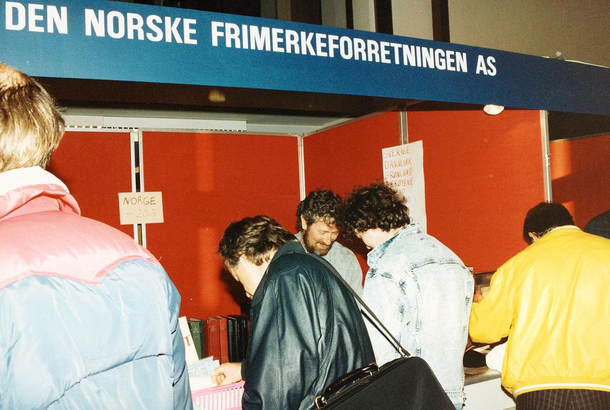 frimerkets dag, Oslo Rådhus, stand for Den Norske Frimerkeforretningen AS, ekspeditør, kunder