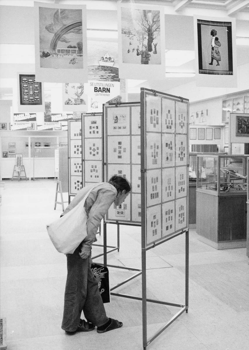 postmuseet, Dronningensgate 15, Oslo, 4. etasje, 1957-1988, interiør, 1 mann, frimerkeutstilling