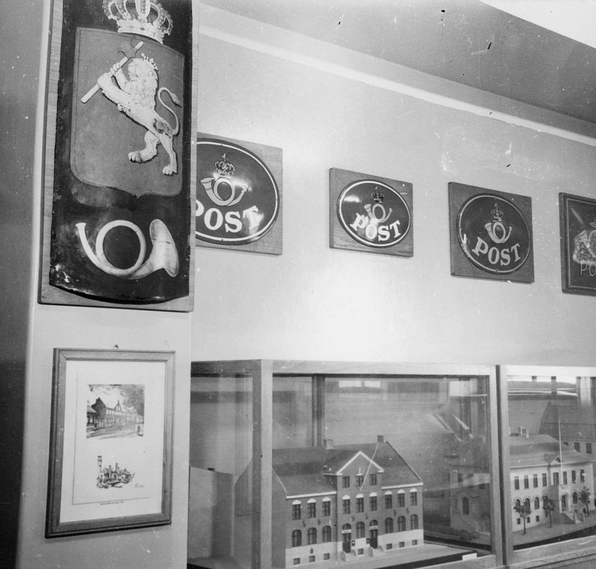 postmuseet, 7. etasje, Dronningensgate 15, postskilt, husmodell i montre