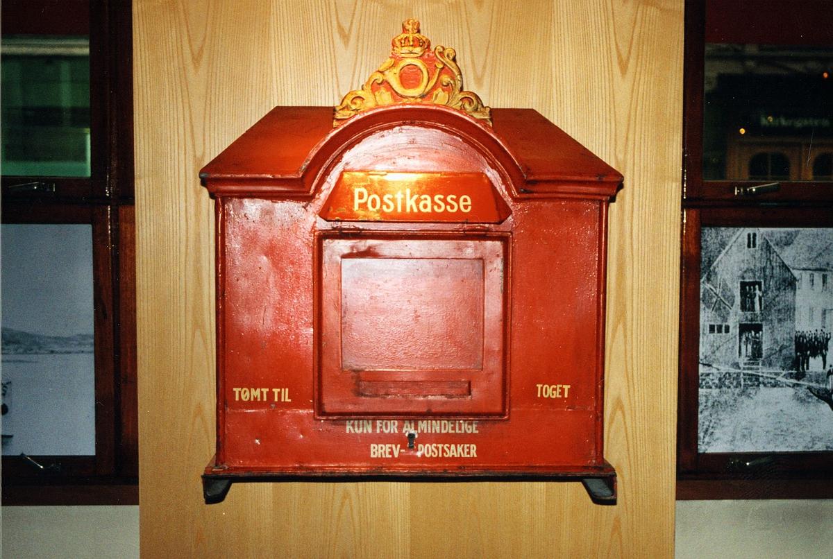 Postmuseet, utstilling, rød postkasse med gullkrone og posthorn