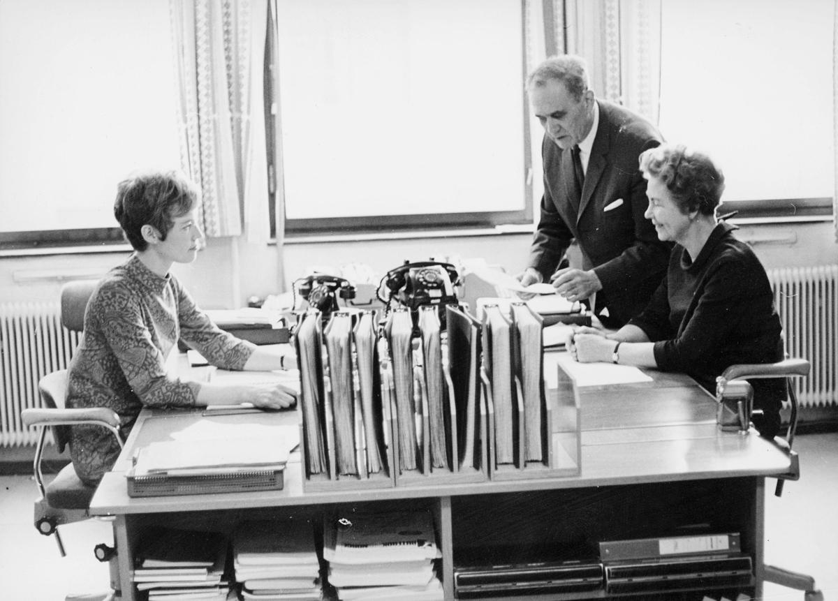 Administrasjonskontoret, Tollbugata 17, Oslo, 4. etasje, arkivleder Jonny Haugen, Aslaug Moen, 1 dame