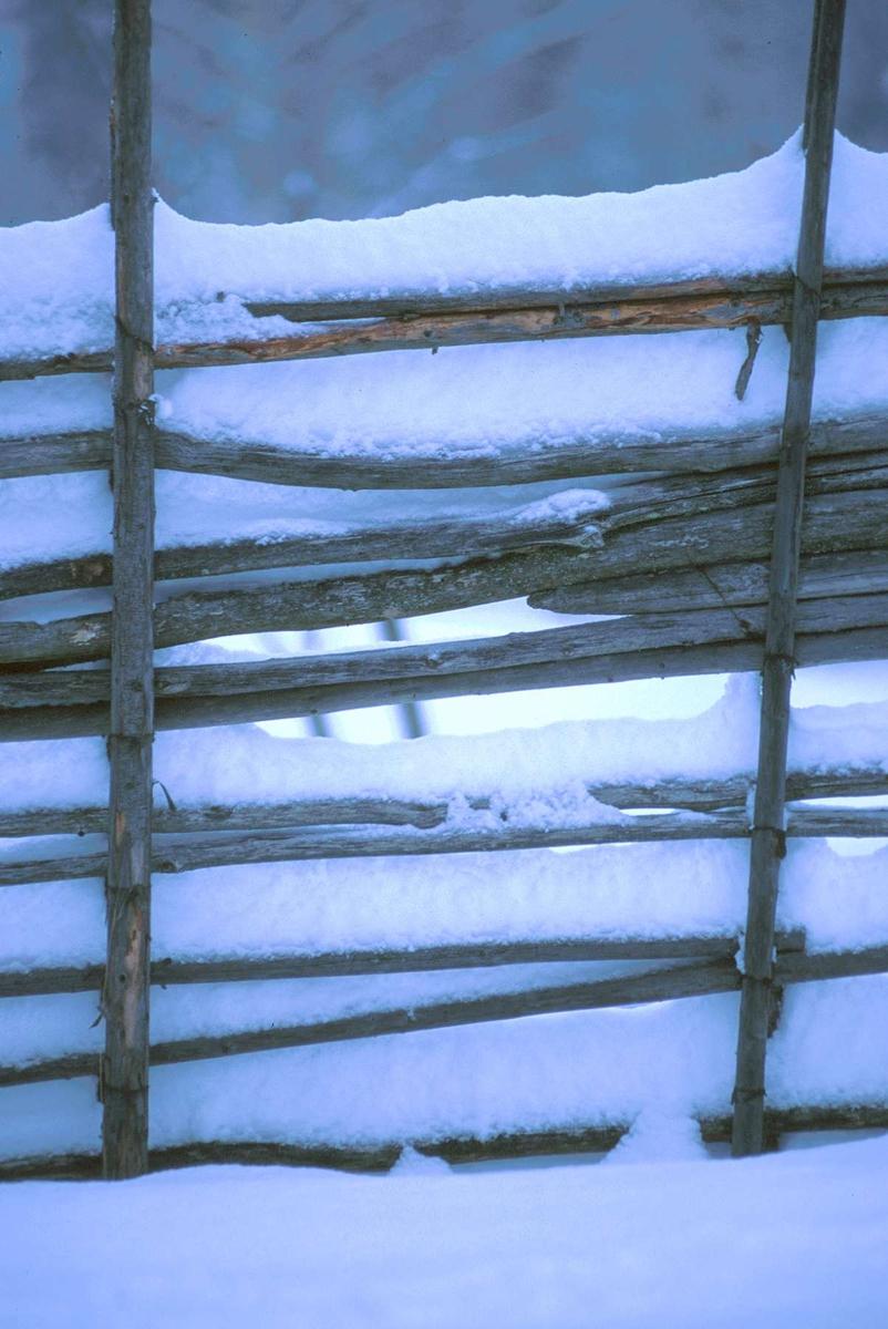 Snødekt gjerde på Øygardsetra, vinter, O 05 - O 08