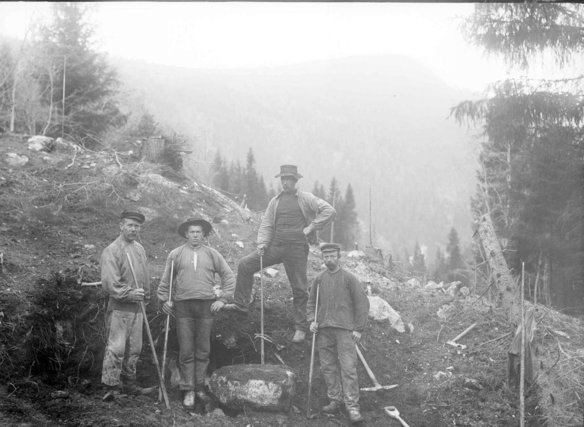 Konv.: 08.10.1909. Andreas O. Sagdalens lag. Gruppebilde, menn med spett, anleggsarbeid.