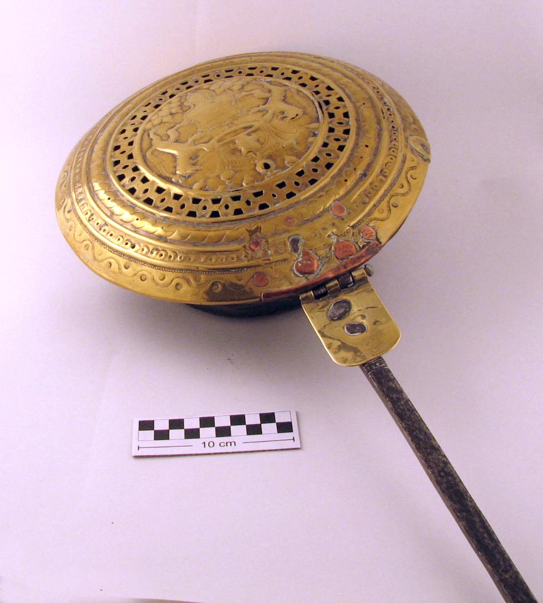 Panne sirkelf. bunn, utskrånende side, utbrettet munningsrand; lokk hvelvet dekorert med  løver m. krone og kartusj.